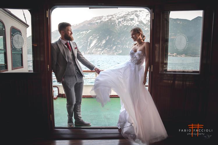 Jungvermählten auf einem Boot im Gardasee