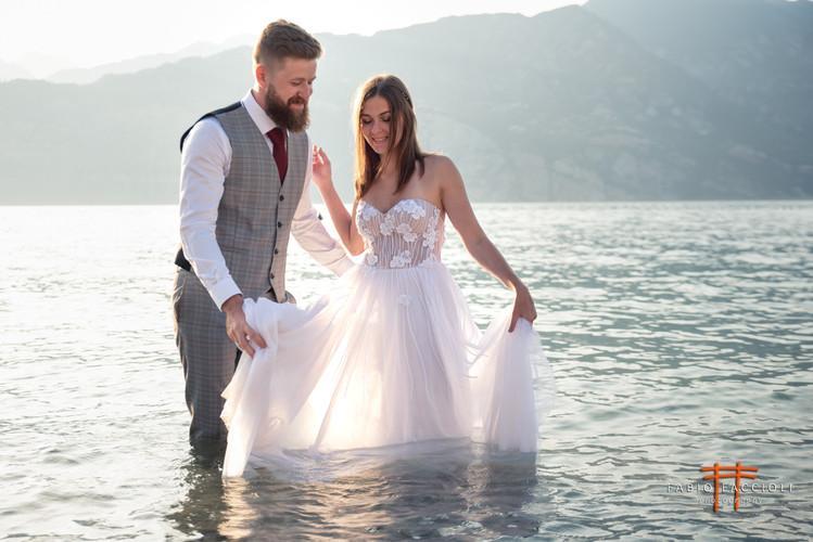 Heiraten Sie, indem Sie im Gardasee schwimmen
