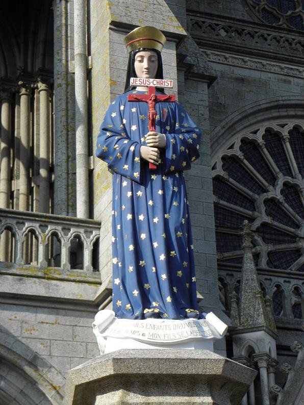 Parvis de la Basilique de Pontmain.jpg