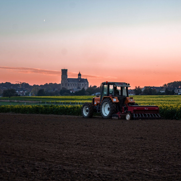 tractor-beside-grass-field-1719669.jpg