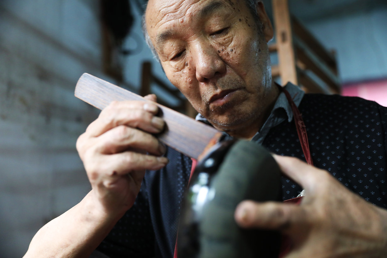 Hengming Qiu is a well-known craftsman of making lacquerware in Fujian Province, China.