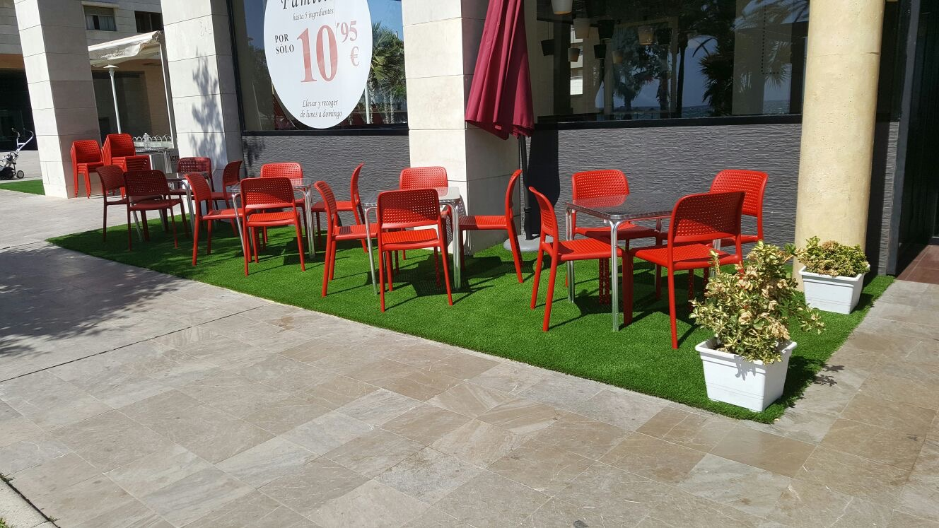 terraza césped artificial primavera
