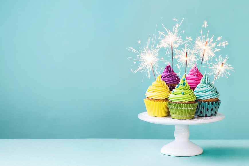 cupcakes-with-sparklers-PA9KKZB.jpg