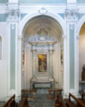La cappella di fronte accoglie una pala d'altare della Gloria di S. Carlo; XVIII sec; sulle pareti laterali, dipinti murali con santi,1887...