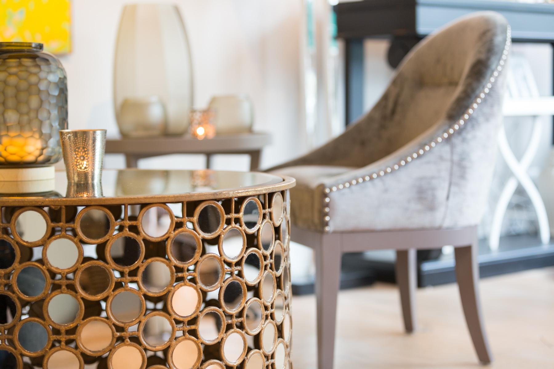 Spiegeltisch und Stuhl mit Nieten