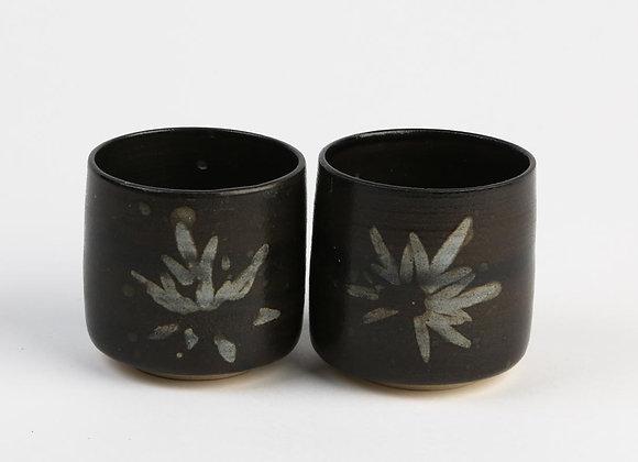 Becherli-Set schwarz mit weissem Blatt