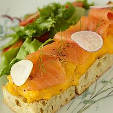 Scrambled eggs wtih smoked salmon