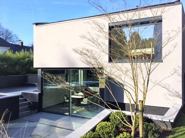 Maison unifamiliale contemporaine avec grandes vitres à Rhode Saint Genèse