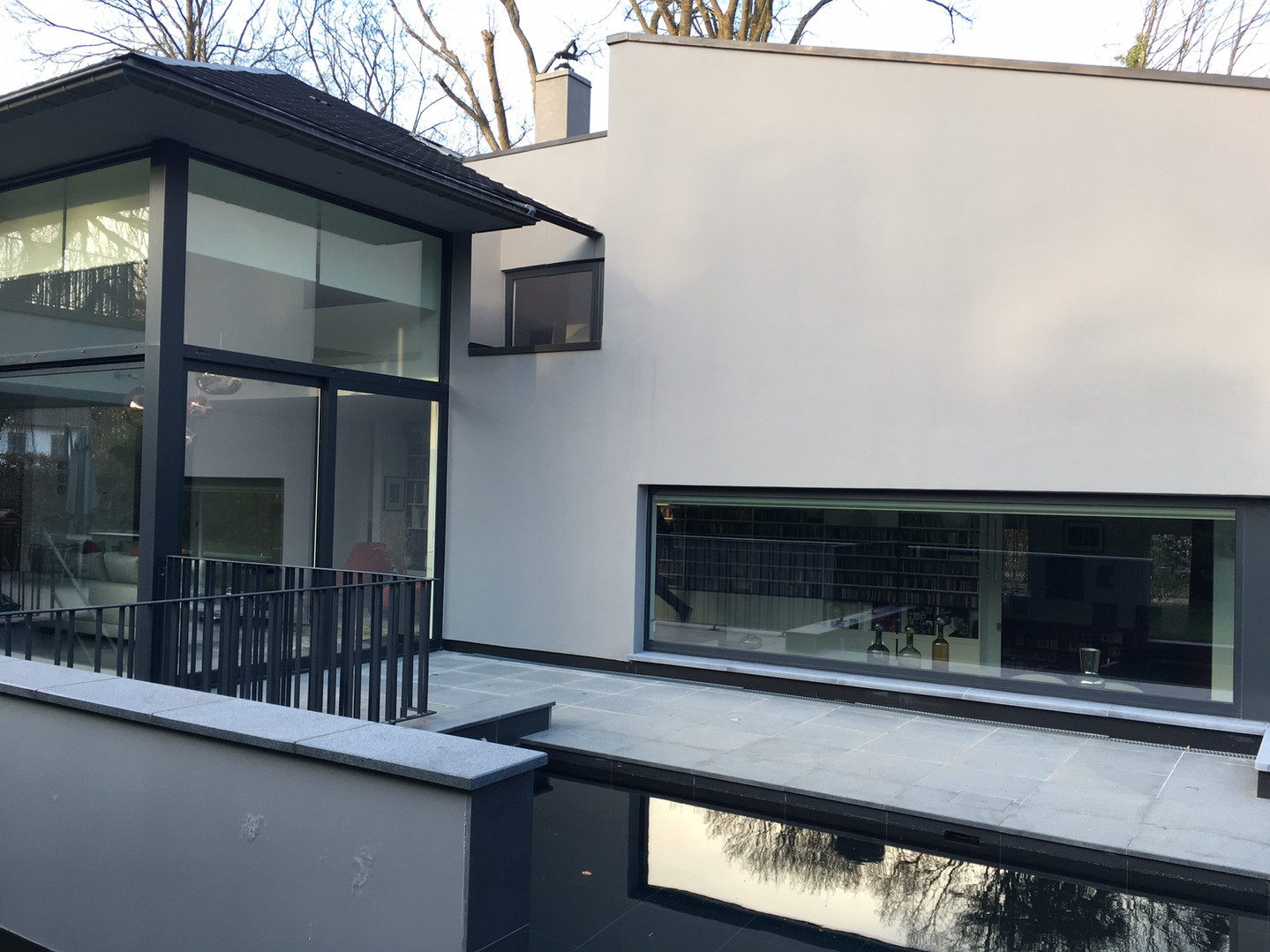 Maison contemporaine: vue sur piscine à Rhode Saint Genèse