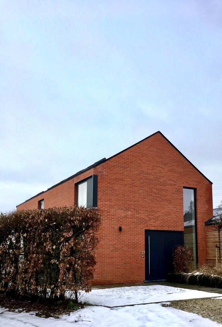 Maison contemporaine à Genappe en briques: vitrage en coin
