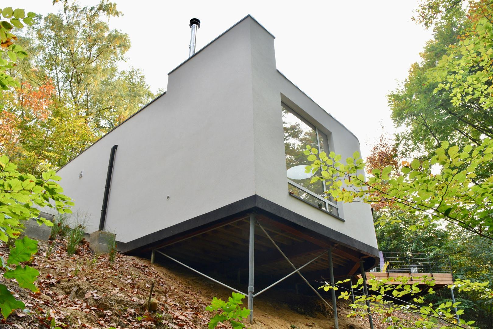 Maison contemporaine à Wavre: contruction semi-enterrée avec vue sur les arbres