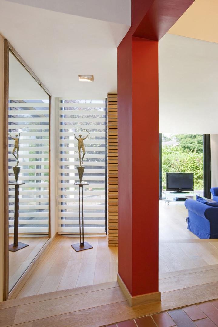 Intérieur contemporain et lumineu à Waterloo: sculpture et salon plancher bois