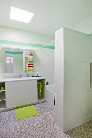 Intérieur contemporain à Jette: salle de bain lumière naturelle