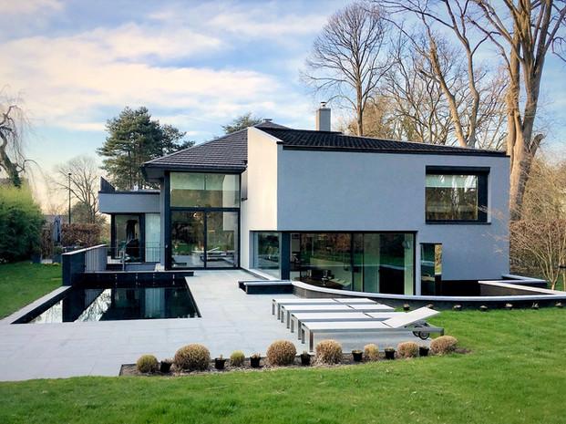 Maison contemporaine avec piscine et jardin à Rhode Saint Genèse