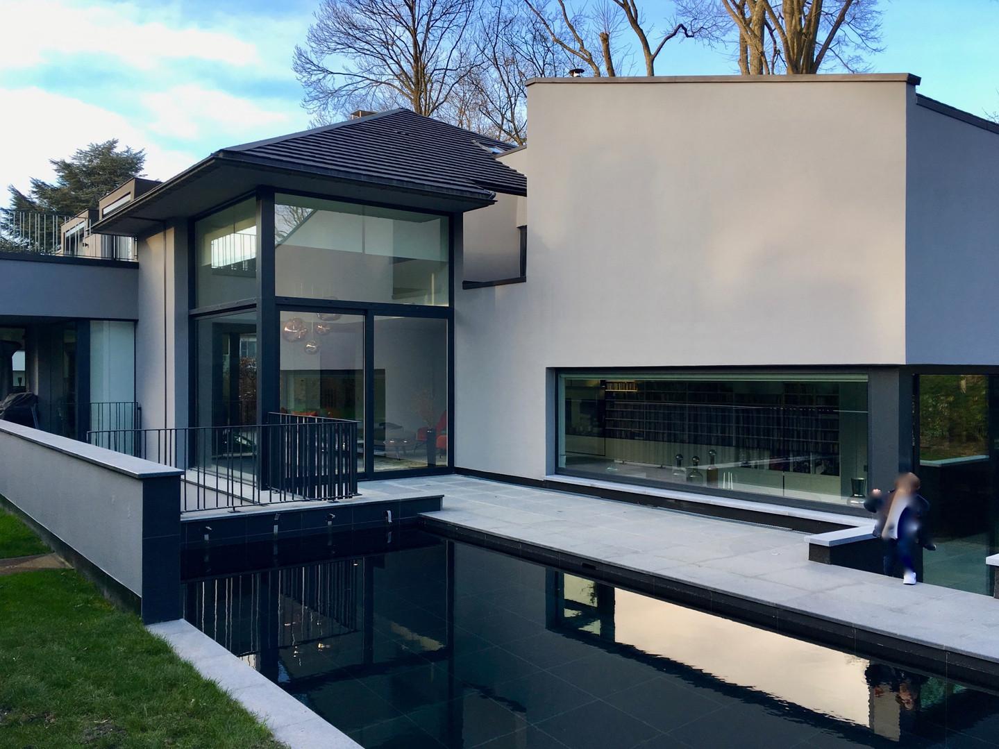 Maison contemporaine: piscine et jardin beaux à Rhode Saint Genèse