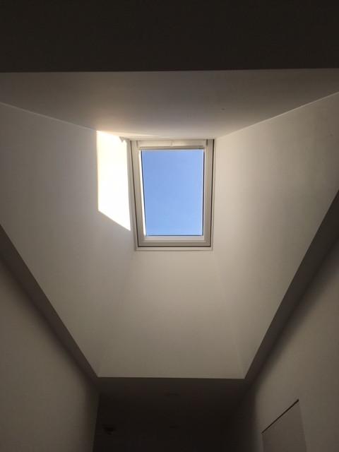Architecture contemporaine: velux lumière blanche