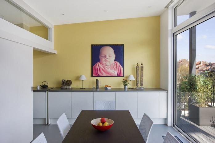Intérieur contemporain à Jette: lumière naturelle cuisine moderne vitrage