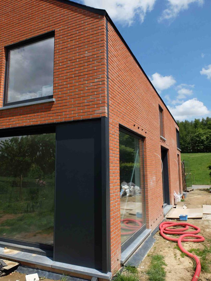 Maison contemporaine à Genappe en briques: fenêtre en coin