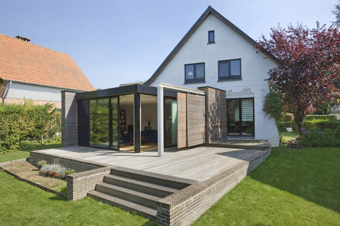 Extension contemporaine à Waterloo: toiture plate et bois