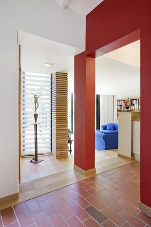 intérieur moderne à Waterloo: salon plancher bois mur rouge
