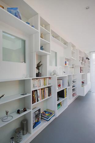 Intérieur contemporain à Jette: bibliothèque blanche