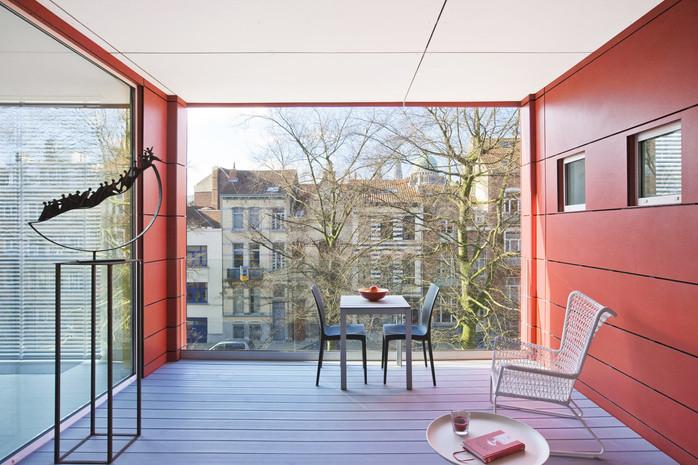 Réhausse à Jette: surélévation contemporaine terrasse mur rouge