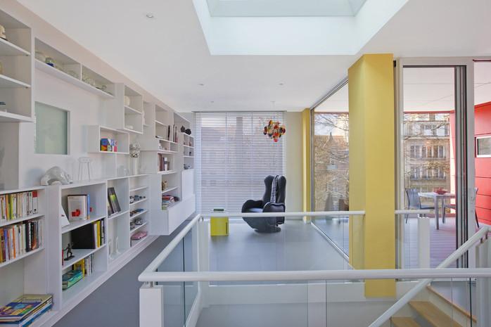 Surélévation contemporaine à Jette: intérieur lumière naturelle bibliothèque grand espaces