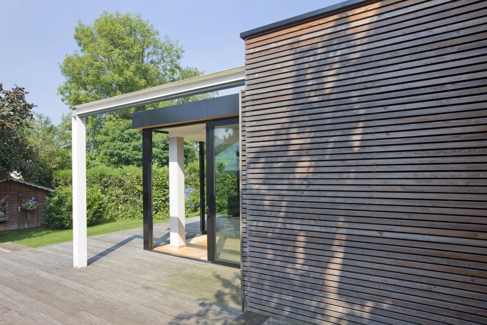 Extension moderne à Waterloo: panneaux coulissant bois structure acier