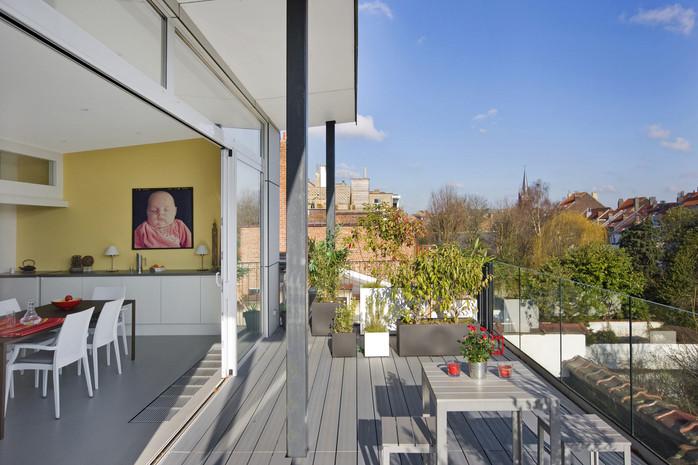Intérieur contemporain à Jette: grande terrasse sur les toits