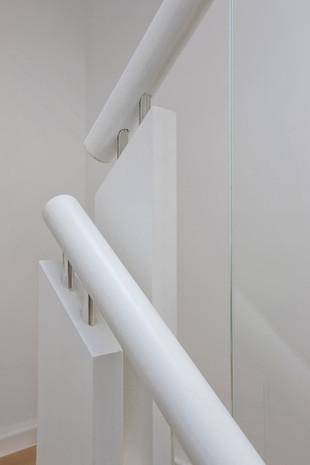Extension contemporaine à Jette: rampe d'escalier