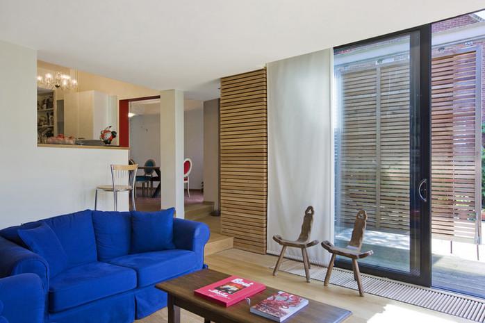 Intérieur contemporain et lumineu à Waterloo: salon plancher en bois