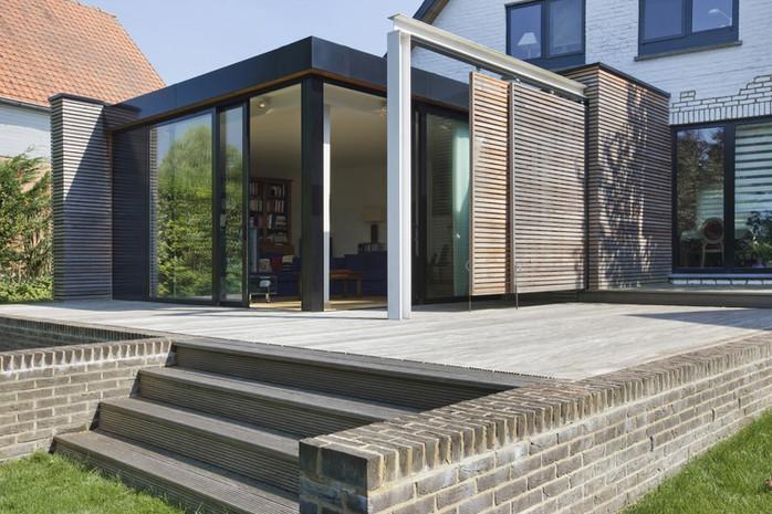 Extension contemporaine à Waterloo: contruction en acier, bois et toit plat