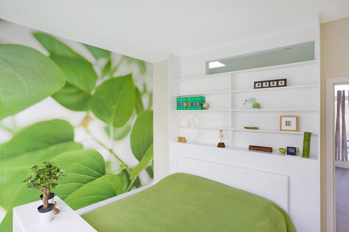 Intérieur contemporain à jette: chambre verte avec lumière naturelle