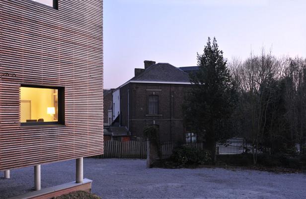 Extension contemporaine d'une maison de retraite à Lodelinsart: bardage bois