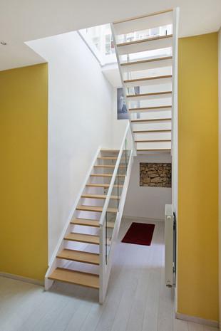 Intérieur contemporain à Jette: escalier moderne