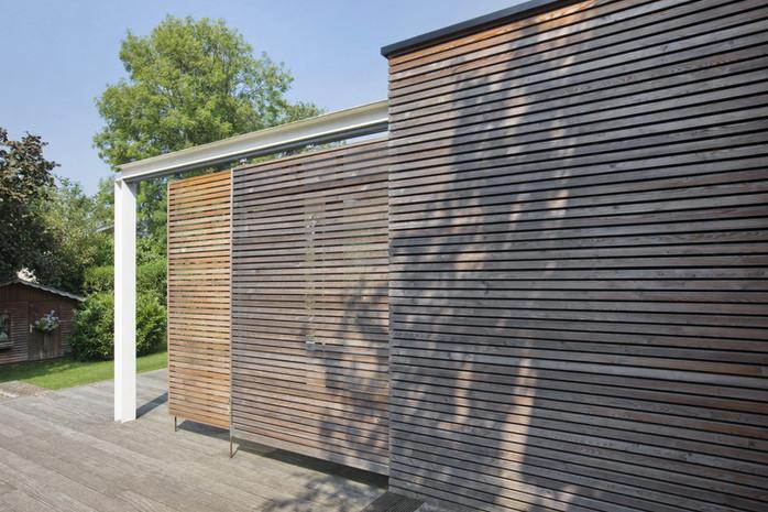 Extension moderne à Waterloo: panneaux coulissant en bois et structure acier