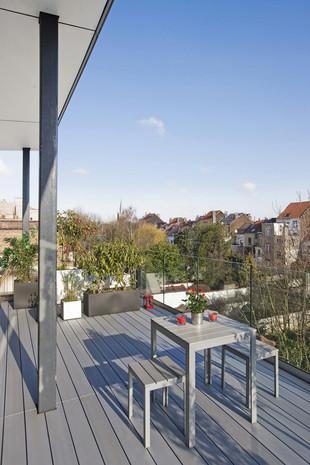 Extension contemporain à Jette: grande terrasse sur les toits