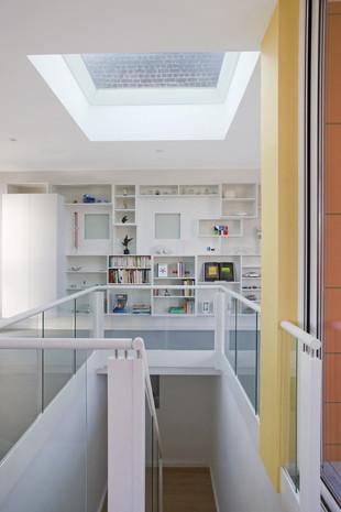 Intérieur contemporain à jette: bibliothèque blanche avec lumière naturelle fene^tre de toiture