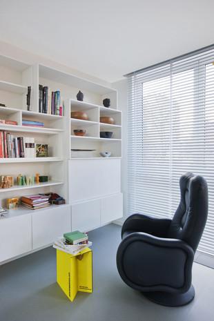 Intérieur contemporain à Jette: bibliothèque blanche avec lumière naturelle