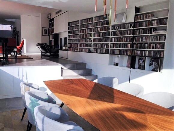 Intérieur contemporain: bibliothèque et salon sur deux niveaux espace ouvert