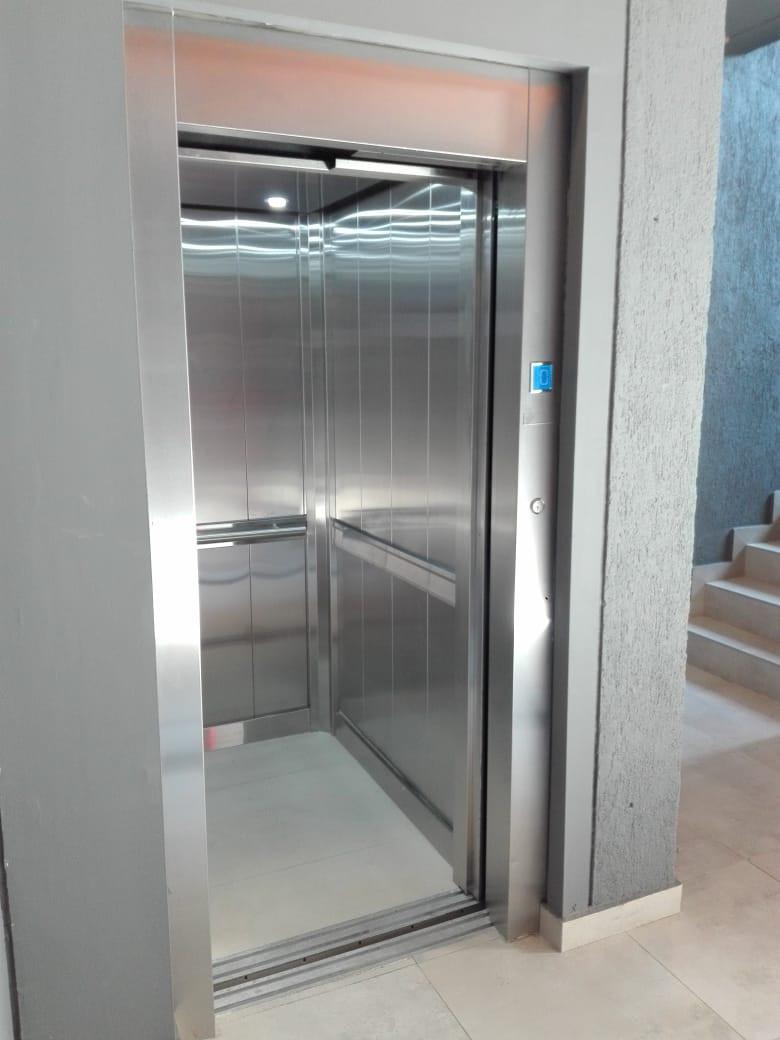 Puerta de piso de ascensor