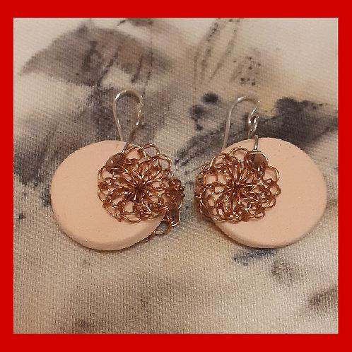 Brinco de cerâmica com crochê de fio de cobre