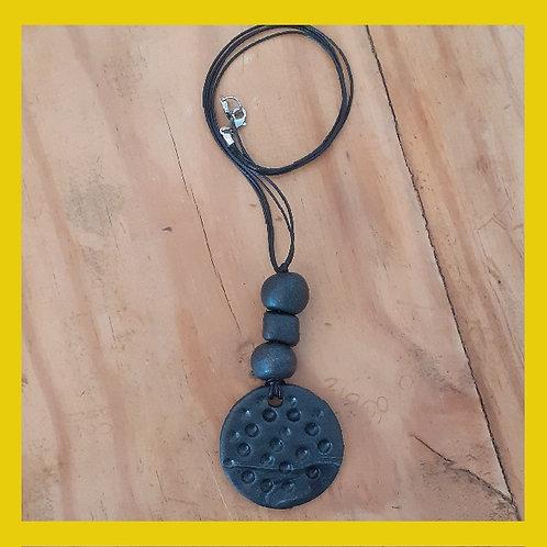Colar cerâmica plástica preto com relevo