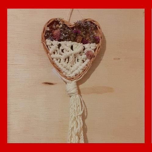 Coração de macramê e flores