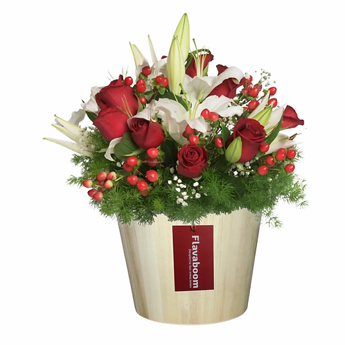 Balde de madera con Rosas, flores variadas y follaje Navideño