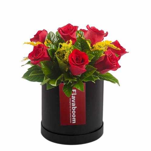 Sombrerera negra con 10 rosas PREMIUM y verdes selectos.