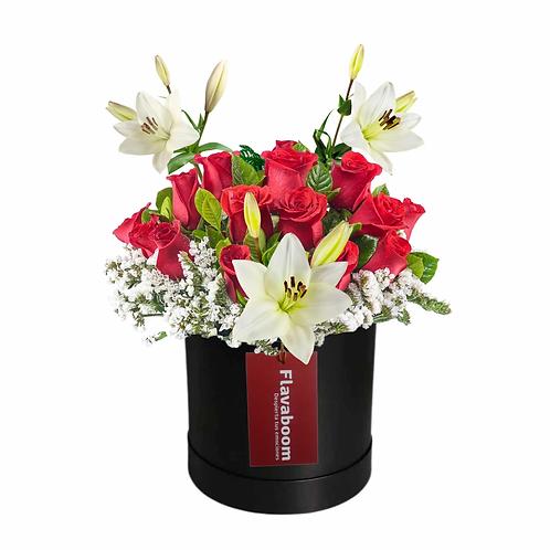 Sombrerera con 14 rosas PREMIUM, lirios y follaje