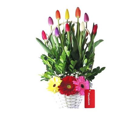 Cesto Blanco de 10 Tulipanes colores variados y Gerberas.