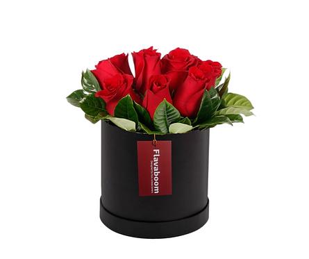 Sombrerera negra con 10 rosas rojas