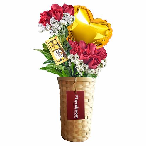 Cesto de mimbre  con 18 ROSAS PREMIUM y flores variados